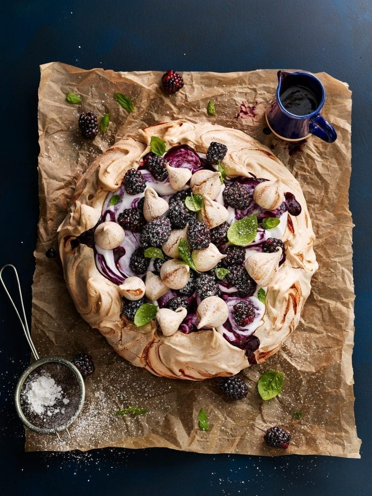 blackberry pavlova dessert
